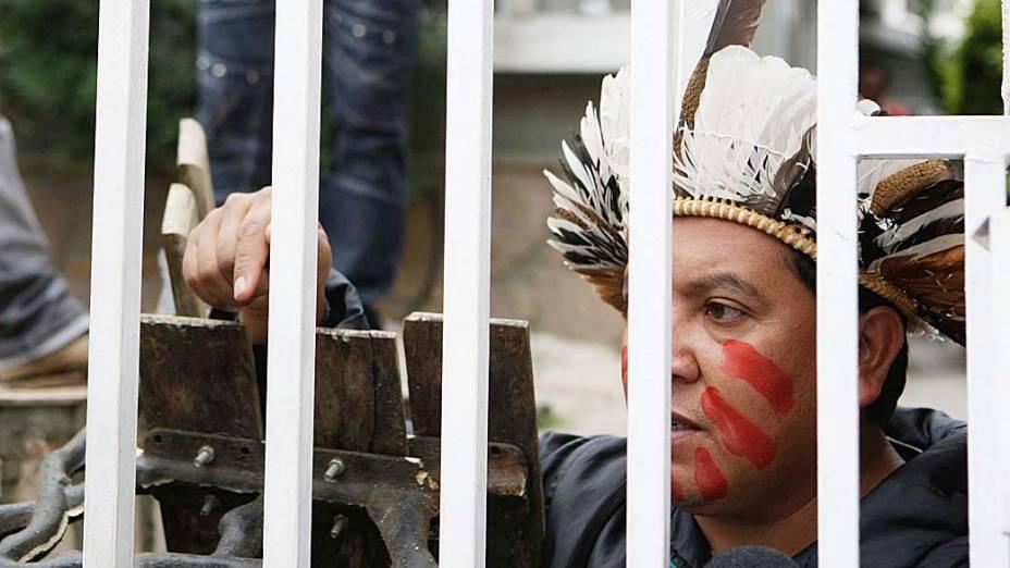 Índios Kaingang ocupam a sede estadual do Partido dos Trabalhadores (PT), em protesto contra senadora Gleisi Hoffman que barrou a demarcação de terras indígenas, no centro de Curitiba