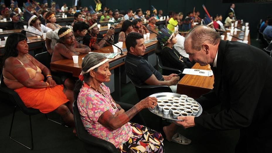 Índios de diversas etnias e de todo o país participam de audiência pública na comissão de direitos humanos da Câmara dos Deputados