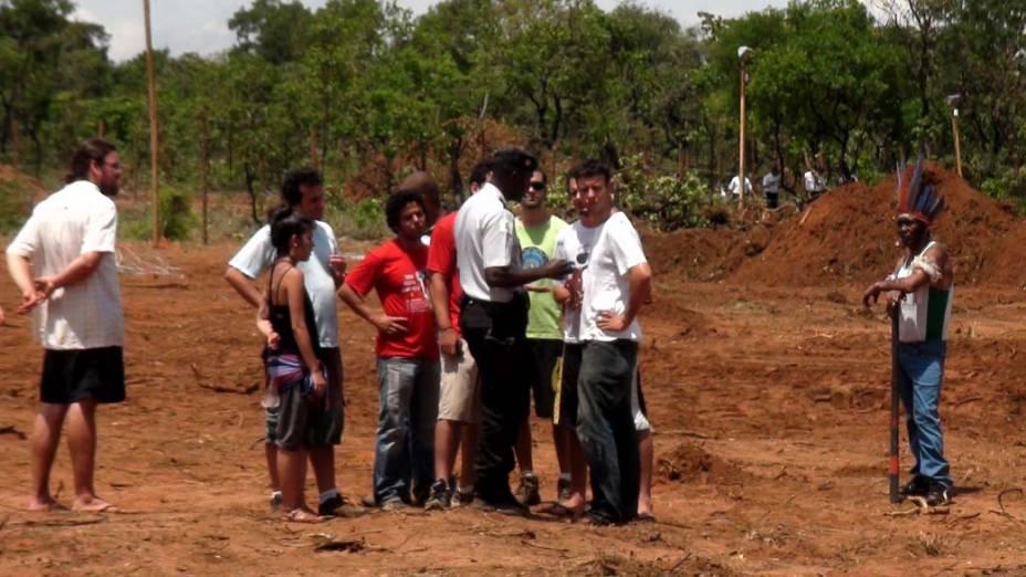 Estudantes e indígenas negociam com Policial Militar em terreno disputado