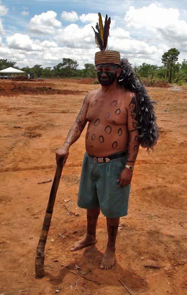 João Fulniô, um dos líderes da comunidade: borduna e pintura para guerra