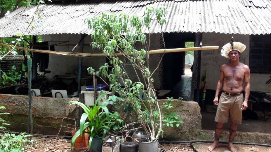 Gilberto Fulniô na casa onde vive: paredes de alvenaria