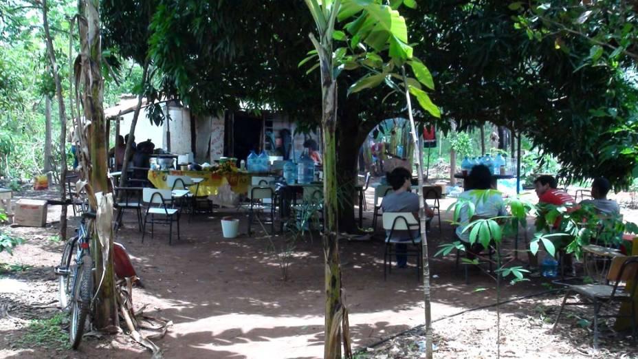 Jovens descansam em alojamento improvisado na aldeia