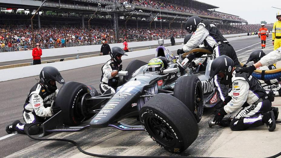 Tony Kanaan em parada para troca dps pneus em Indianapolis pela Indy 500