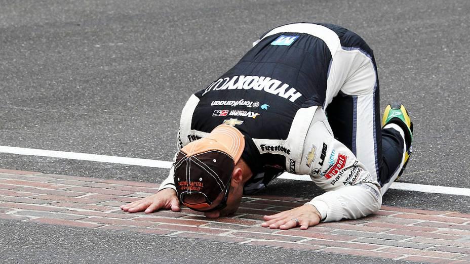 Tony Kanaan beija a linha de chegada depois de vencer em Indianapolis pela Indy 500