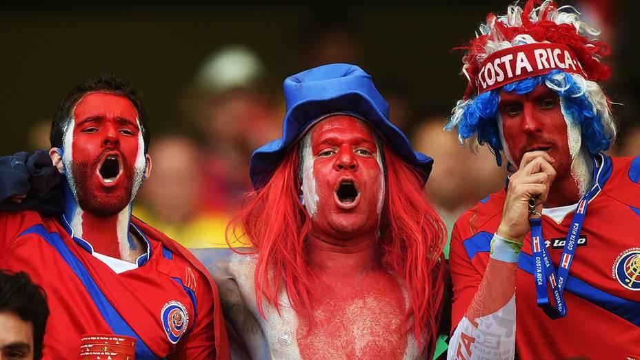 Torcedores da Costa Rica vibram durante o jogo contra a Inglaterra no Mineirão, em Belo Horizonte