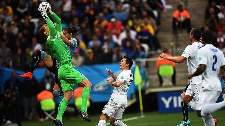 O goleiro inglês Joe Hart segura a bola no jogo contra a Inglaterra no Itaquerão, em São Paulo