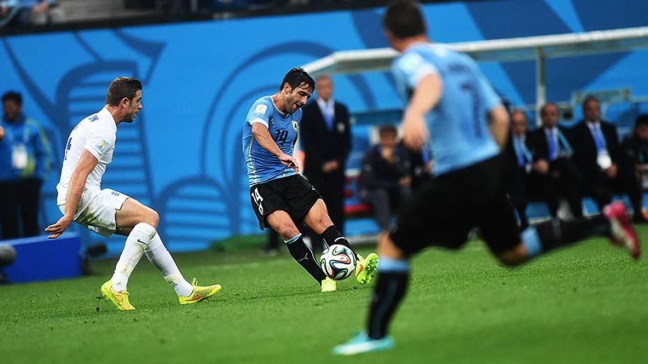 O uruguaio Lodeiro cruza a bola no jogo contra a Inglaterra no Itaquerão, em São Paulo