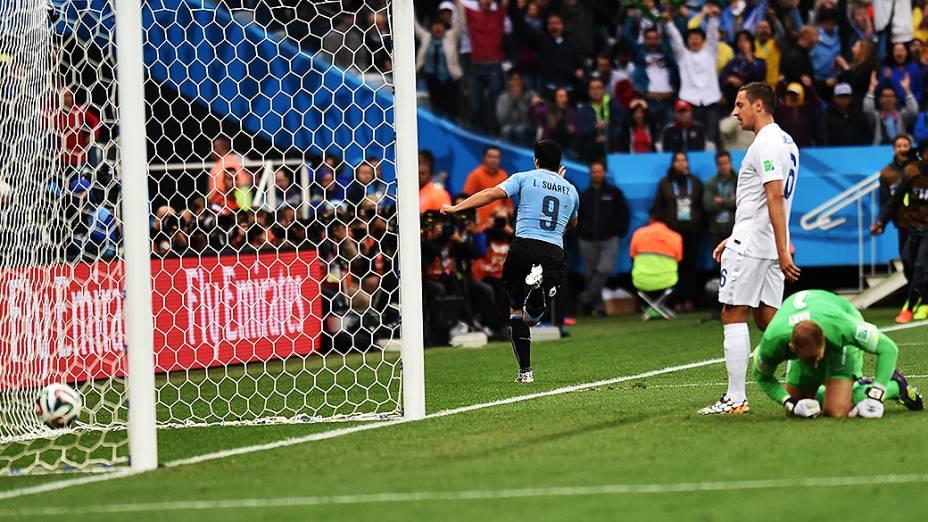 O uruguaio Luis Suárez comemora gol contra a Inglaterra no Itaquerão, em São Paulo