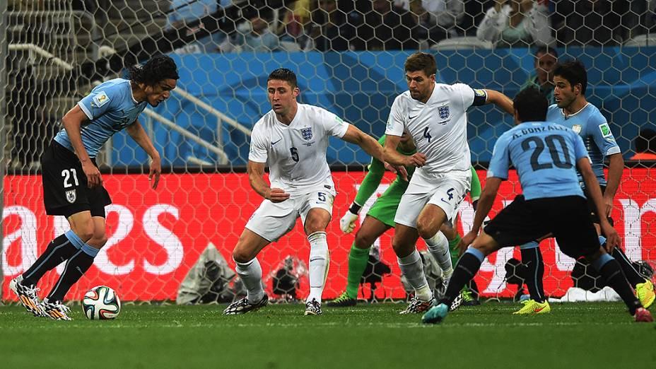 O uruguaio Cavani se prepara para chutar contra o gol da Inglaterra no Itaquerão, em São Paulo