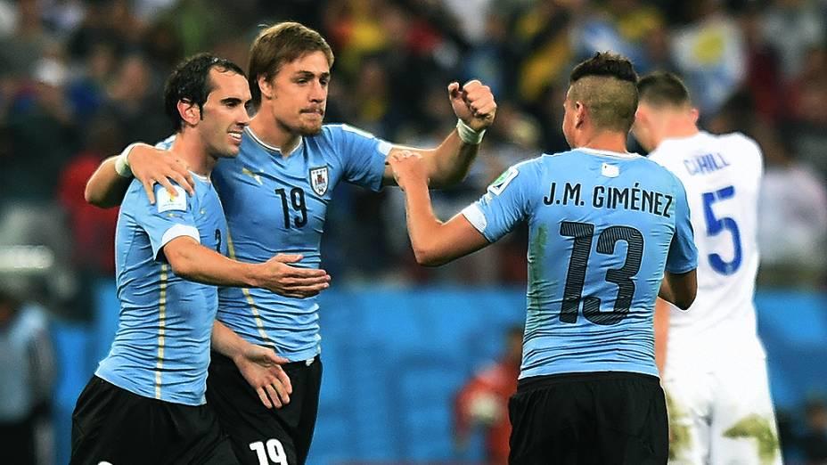 Jogadores do Uruguai comemoram a vitória sobre a Inglaterra no Itaquerão, em São Paulo