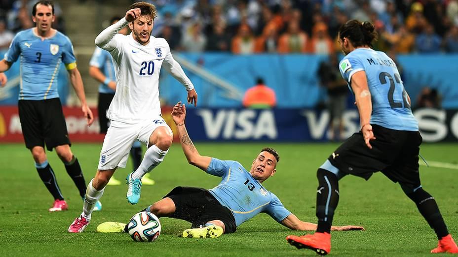 O inglês Adam Lallana cai no gramado no jogo contra o Uruguai no Itaquerão, em São Paulo