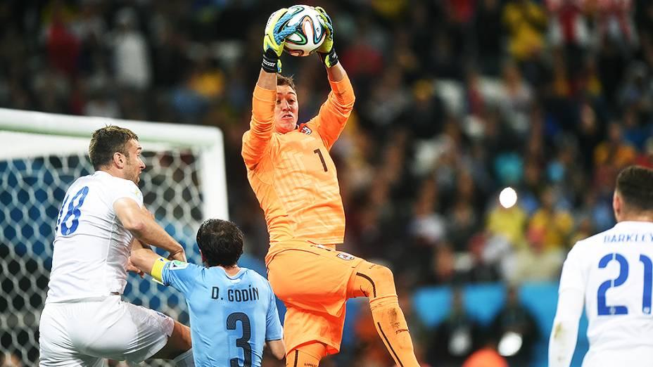 O goleiro Joe Hart segura a bola no jogo contra o Uruguai no Itaquerão, em São Paulo