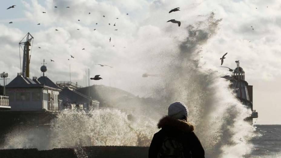 Ondas pelos fortes ventos no píer de Brighton em Londres, Inglaterra