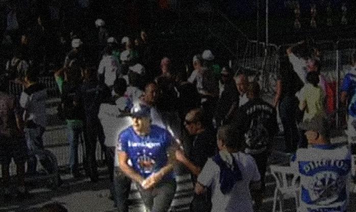 Arte sobre reprodução de imagem da GloboNews mostra o momento em que o torcedor da Império da Casa Verde enfia as cédulas de apuração dentro da calça