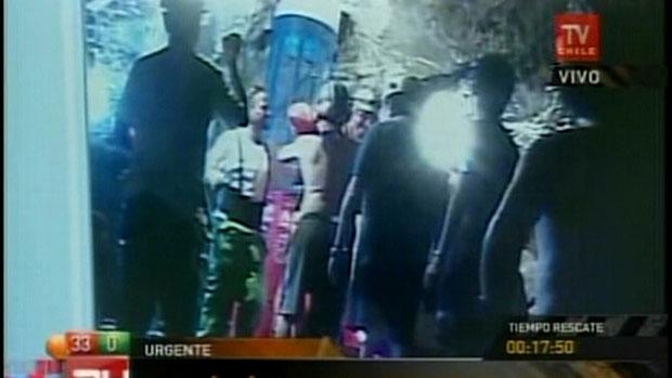 Imagens da TV estatal chilena feitas do interior da mina mostram a chegada do técnico Manuel Gonzalez pela Fênix 2