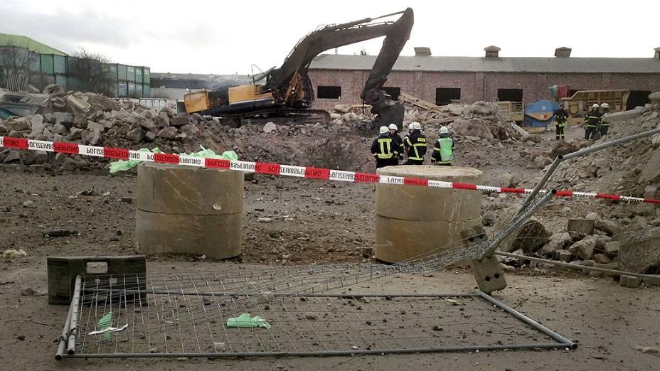Área isolada onde o operador de uma escavadeira morreu após detonar acidentalmente uma bomba da Segunda Guerra Mundial durante escavações em uma rua da cidade de Euskirchen, na Alemanha