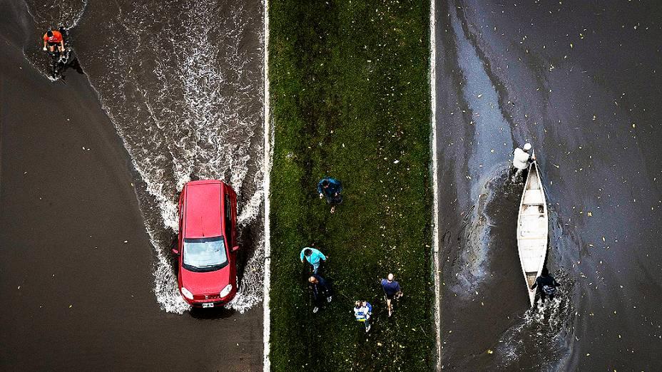 Vista aérea das ruas inundadas de La Plata após fortes chuvas que deixaram mais de 50 mortos, na Argentina