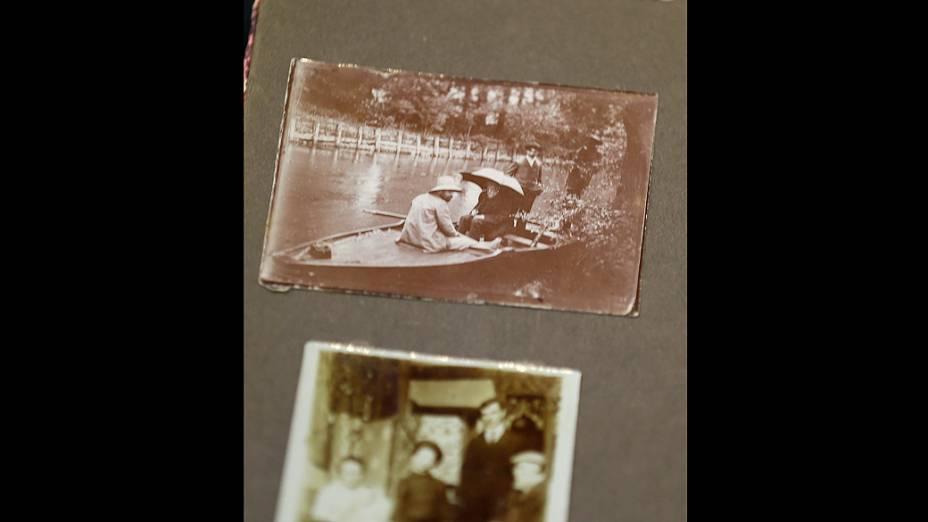 Página de álbum de fotografias da família Renoir mostra foto de Pierre-Auguste Renoir sentado sob um guarda-chuva. O arquivo pessoal do artista francês vai a leilão nos Estados Unidos