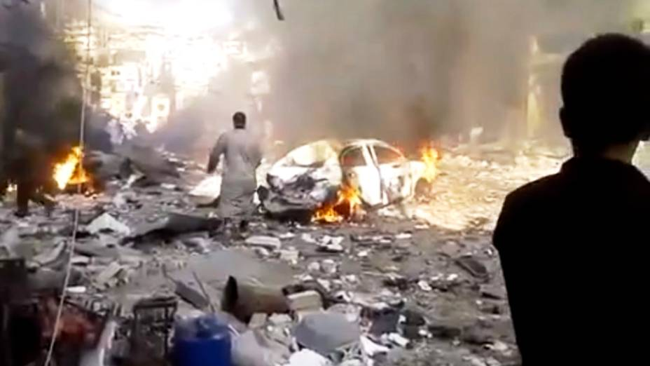 Reprodução de vídeo da agência Shaam News Network mostra o carro-bomba que deixou pelo menos 20 mortos em um mercado na cidade de Darkoush, na Síria