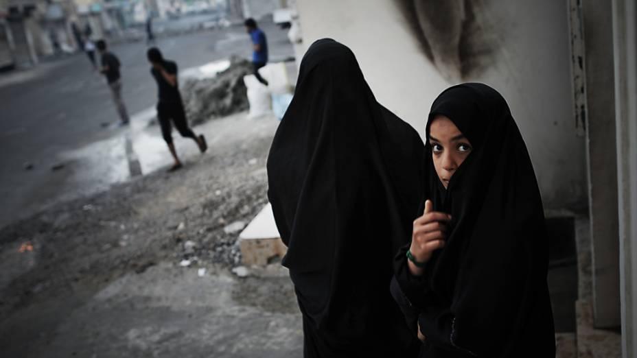 Jovem durante confrontos entre manifestantes e policiais do Bahrein após um protesto contra a realização do GP de Fórmula 1 no país