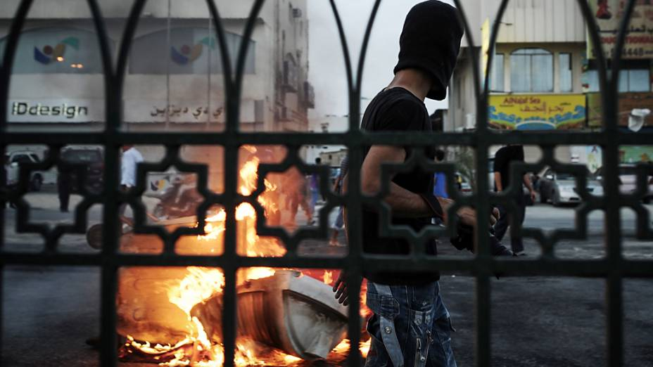 Manifestantes e policiais entram em confronto no Bahrein durante um protesto contra a realização do GP de Fórmula 1 no país