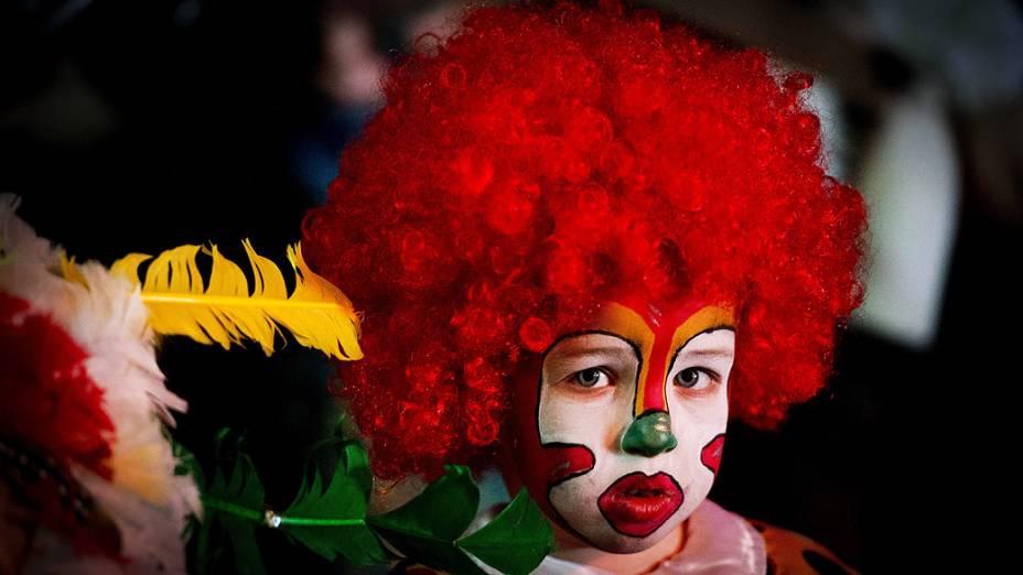 Menino vestido de palhaço participa de festa de carnaval em escola primária em Eindhoven, Holanda
