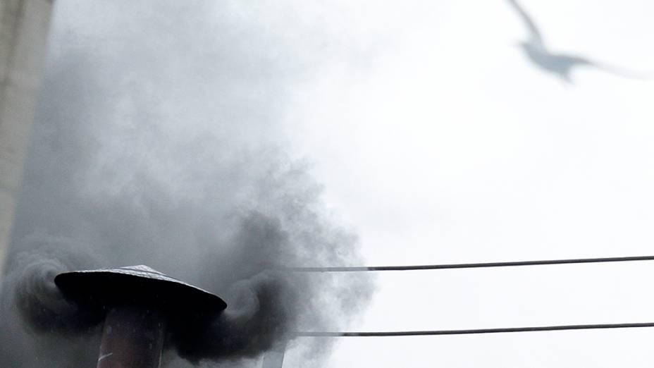 A chaminé da Capela Sistina do Vaticano voltou a emitir fumaça preta na manhã desta quarta-feira (13)