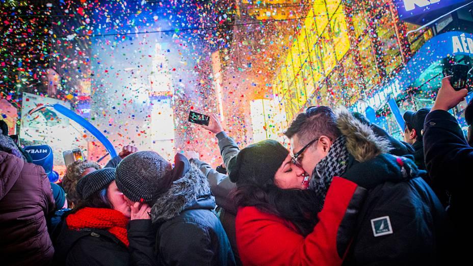Casais se beijam depois da meia noite na Times Square durante a celebração do Ano Novo, em Nova York