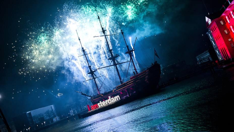 Fogos de artifício iluminam o céu na chegada do Ano Novo sobre o centro de Amsterdã, na Holanda