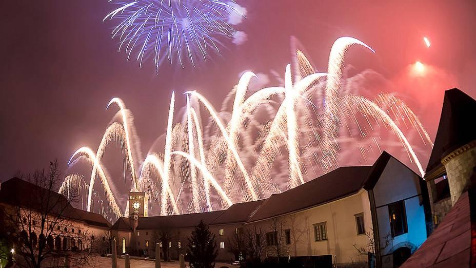 Fogos de artifício iluminam o céu na chegada do Ano Novo Ljubljana, na Eslovênia