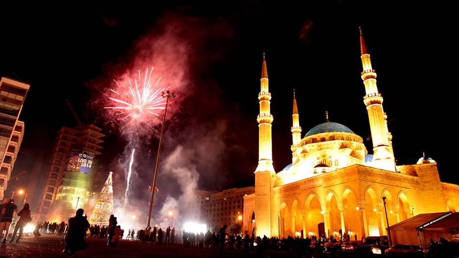 Fogos de artifício iluminaram o céu em Beirute, perto da mesquita Mohammed al-Amin, no Líbano