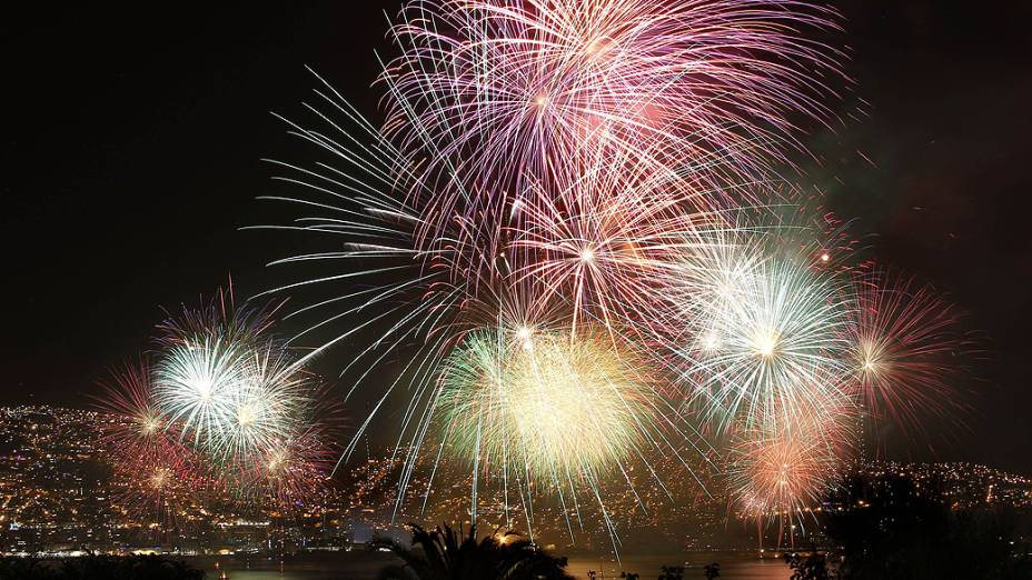 Chilenos comemoram a chegada do Ano Novo com fogos de artifício na cidade de Valparaíso