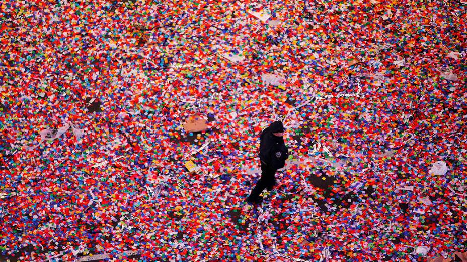 Policial caminha sobre uma mar de papel picado depois da comemoração do Ano Novona Times Square, em Nova York