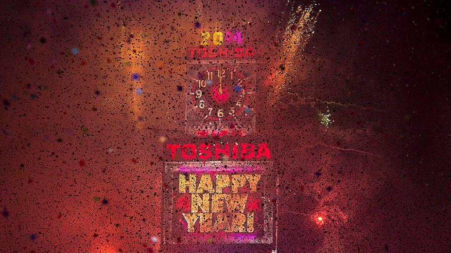 Uma chuva de papel picado e fogos de artifício marcaram a chegada do Ano Novo na Times Square, em Nova York