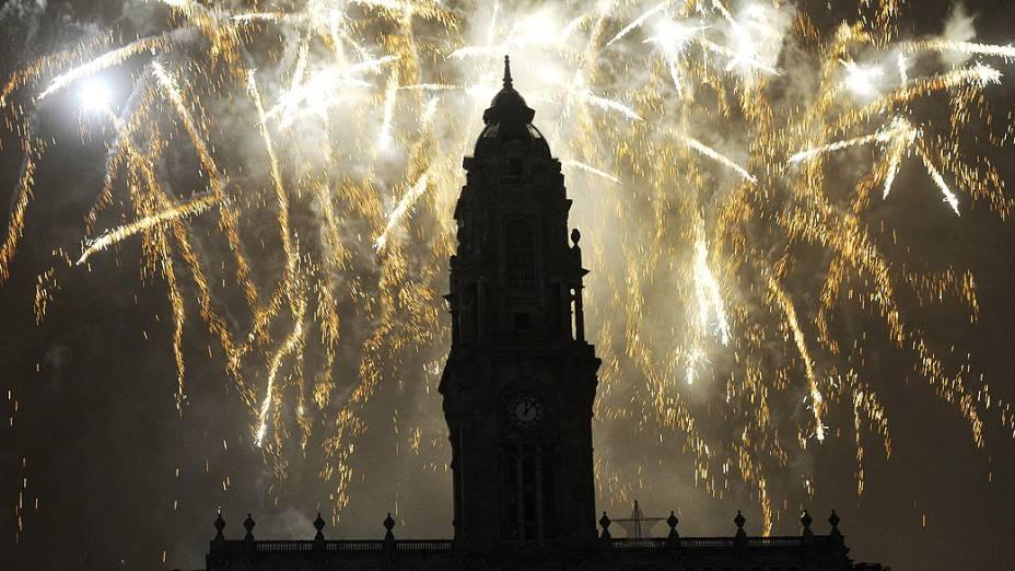 Fogos de artifício iluminaram o céu da Cidade do Porto, na chegada de 2014 em Portugal