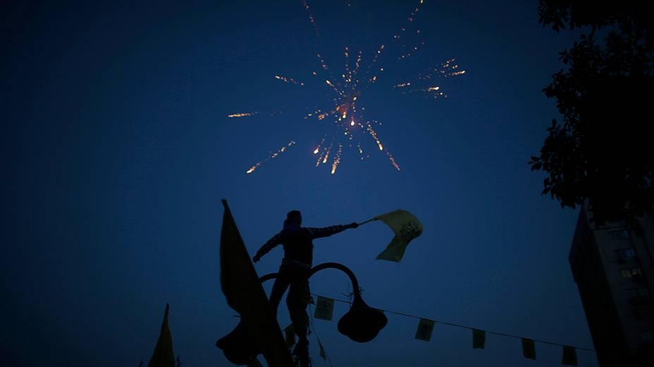 Fogos de artifício celebram o Ano Novo e o 49º aniversário da fundação do movimento Fatah, na Cidade de Gaza, Palestina