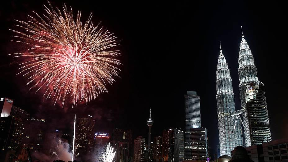 Fogos de artifício explodem perto da Twin Towers durante as celebrações de Ano Novo em Kuala Lumpur, na Malásia
