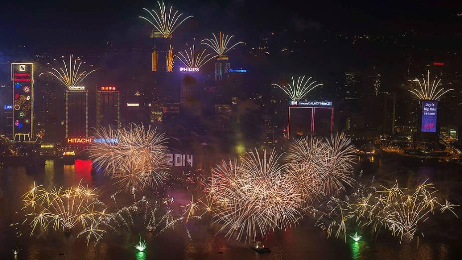 Fogos de artifício explodem sobre Victoria Harbour, em Hong Kong para celebrar a chegada do Ano Novo
