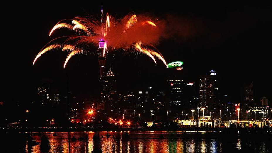 Show de fogos de artifício marca a chegada de 2014 na Sky Tower, em Auckland, Nova Zelândia