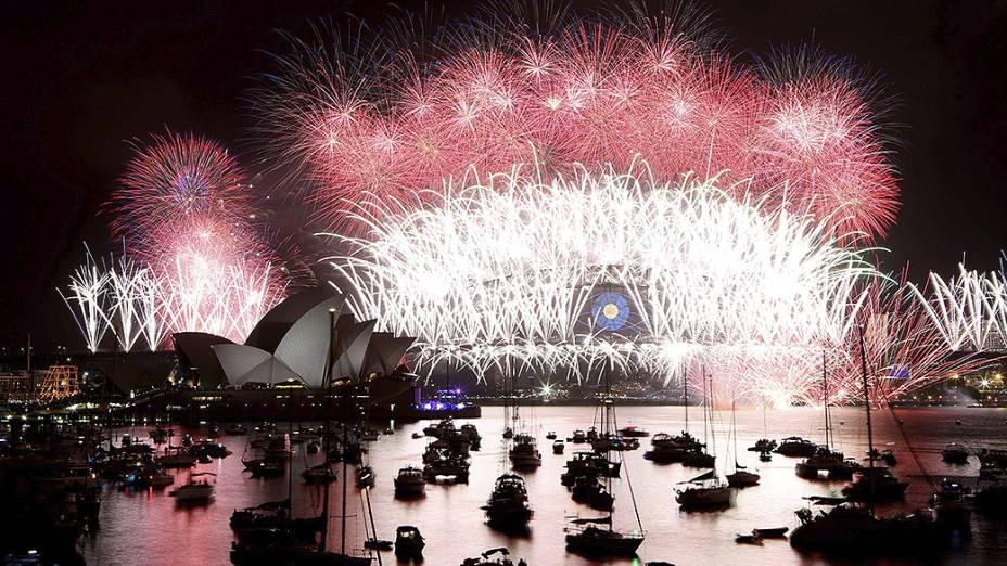 Show de fogos de artifício ilumina o Ano Novo na Ópera de Sydney, na Austrália