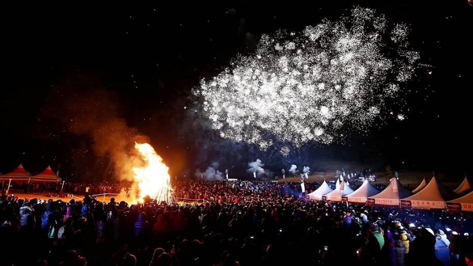 Milhares de pessoas comemoram com uma fogueira e fogos de artifício a chegada de 2014 em Sungsan, na Ilha Jeju, Coreia do Sul