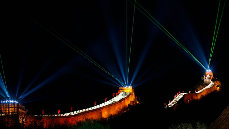 A Grande Muralha iluminada para celebrar o Ano Novo em Pequim, na China