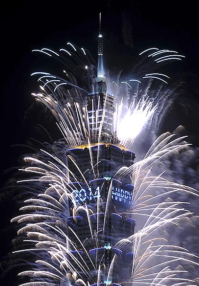 Fogos de artifício explodem do alto de um arranha-céu em Taipei, Taiwan