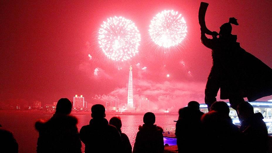 Fogos de artifício explodem sobre Torre Juche e do rio Taedong em Pyongyang, na Coreia do Norte