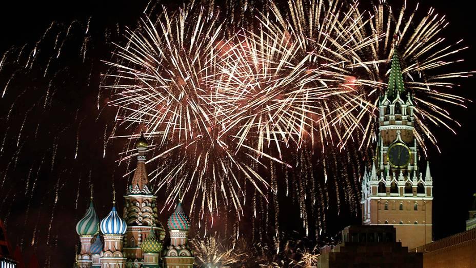 Fogos de artifício explodem no céu durante as celebrações do Ano Novo na Praça Vermelha, em Moscou