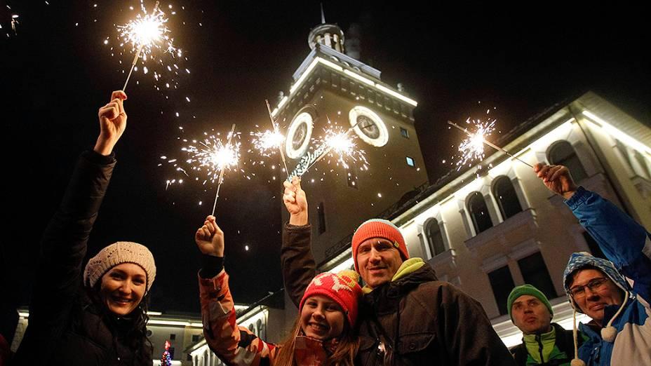 População celebra o Ano Novo no centro de Rosa Khutor, nos arredores de Sochi, que será a sede dos Jogos Olímpicos de Inverno em 2014, na Rússia