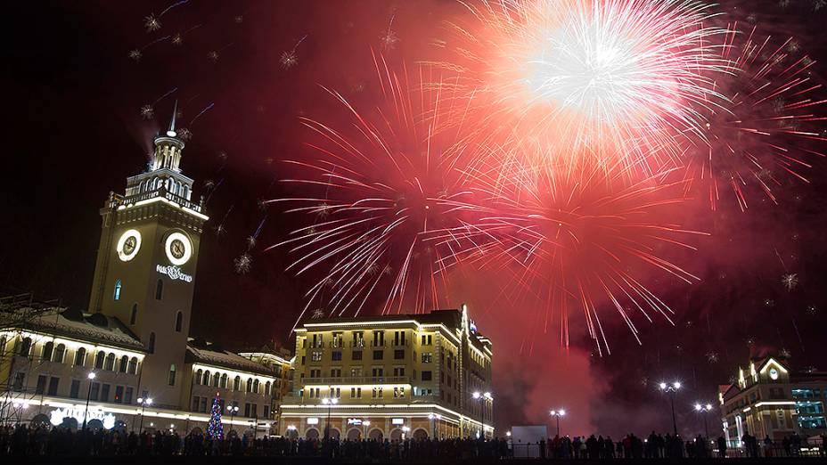 Fogos de artifício explodem sobre o centro de Rosa Khutor, nos arredores de Sochi, que será a sede dos Jogos Olímpicos de Inverno em 2014, na Rússia