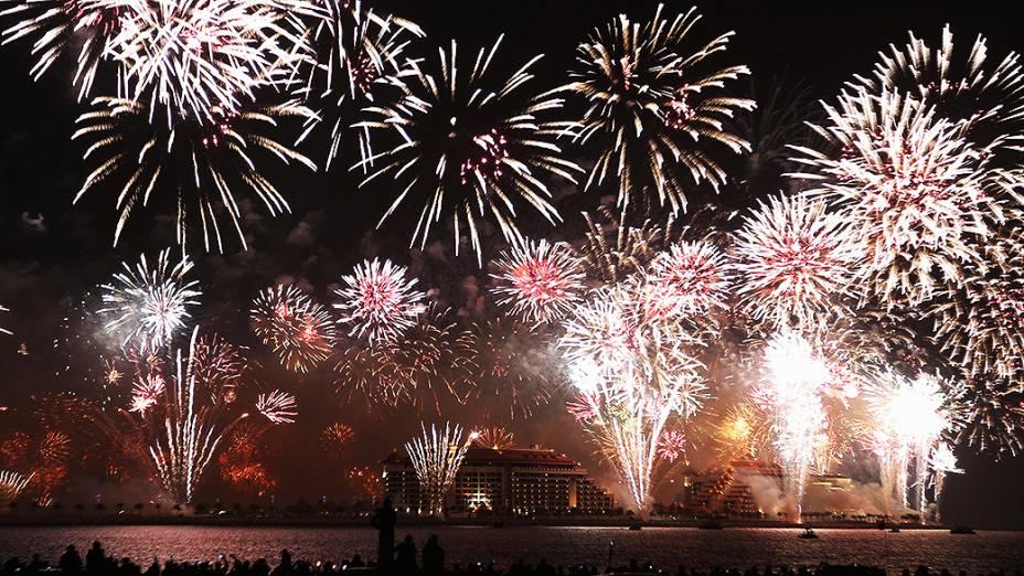 Fogos de artifício explodem no céu sobre Dubai, nos Emirados Árabes