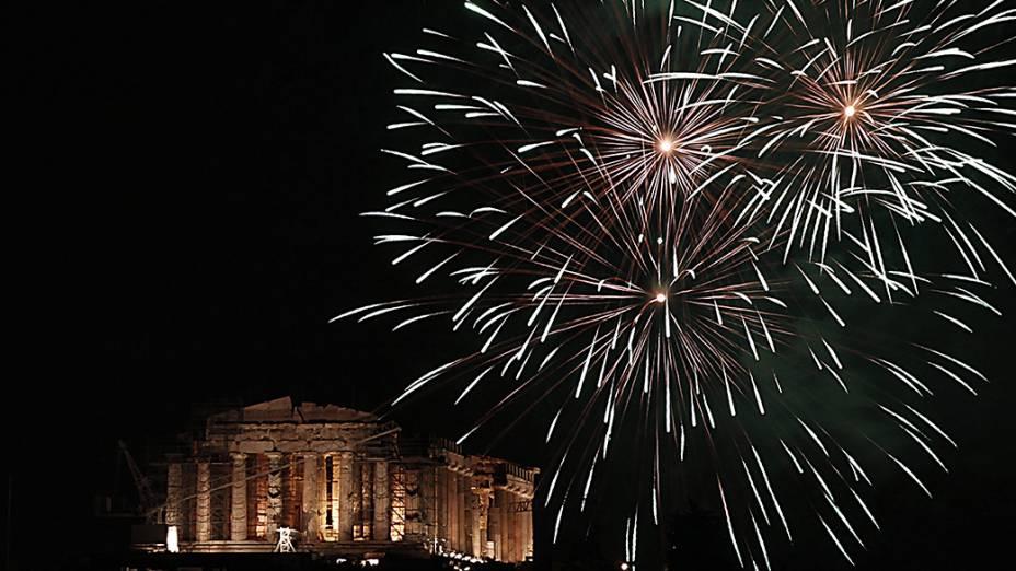 Fogos de artifício iluminam o antigo templo Parthenon em Atenas, na Grécia