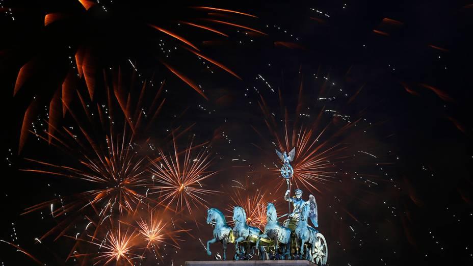 Fogos de artifício explodem sobre o Portão de Brandemburgo, durante celebrações do Ano Novo, em Berlim